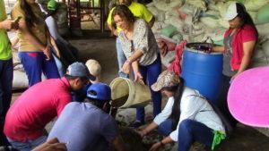 Aprender haciendo, en COMSA, los visitantes hicieron una práctica sobre la elaboración de abonos orgánicos.